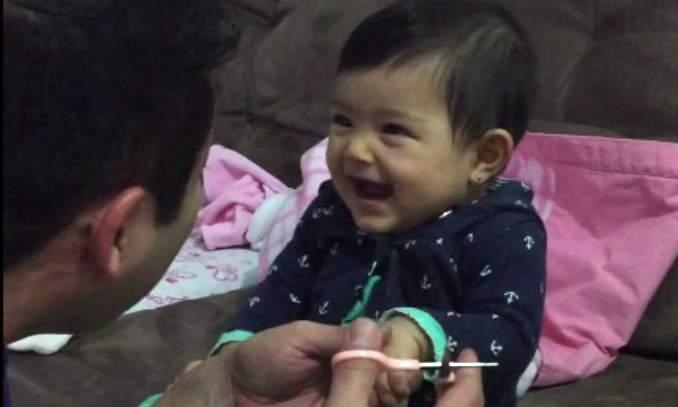 Bebê dá susto no pai ao cortar a unha e vídeo se torna viral na internet